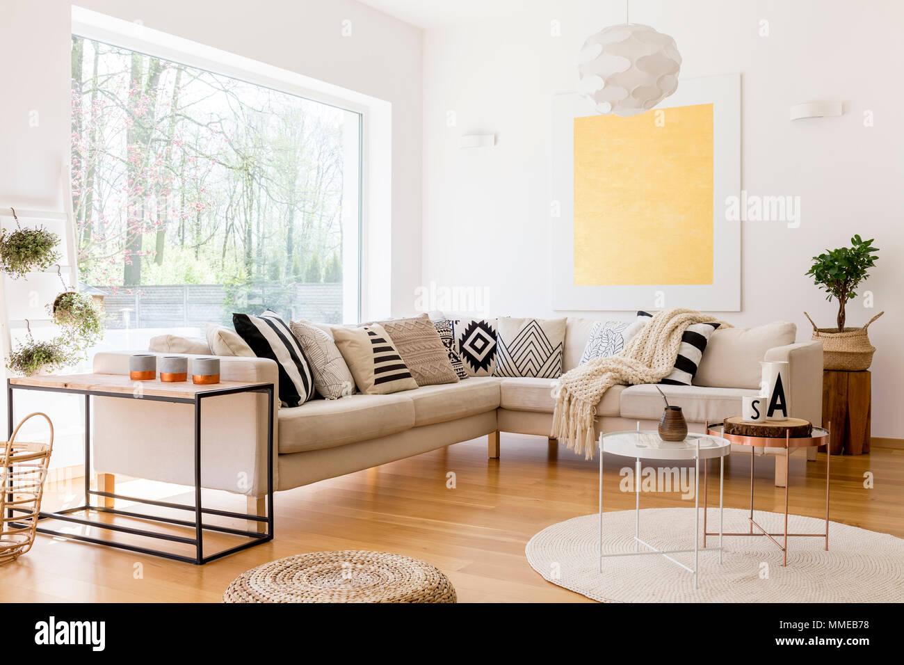 Arredamento Moderno Salotto : Arredamento moderno di spazioso salotto con divano e tre tavoli da