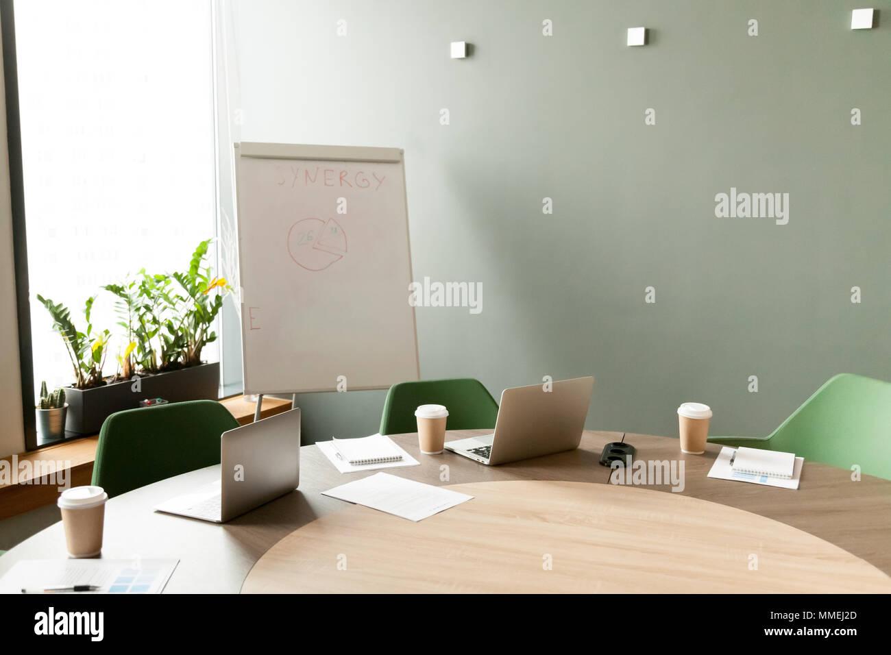 Tavolo da conferenza con i notebook in ufficio sala riunioni con