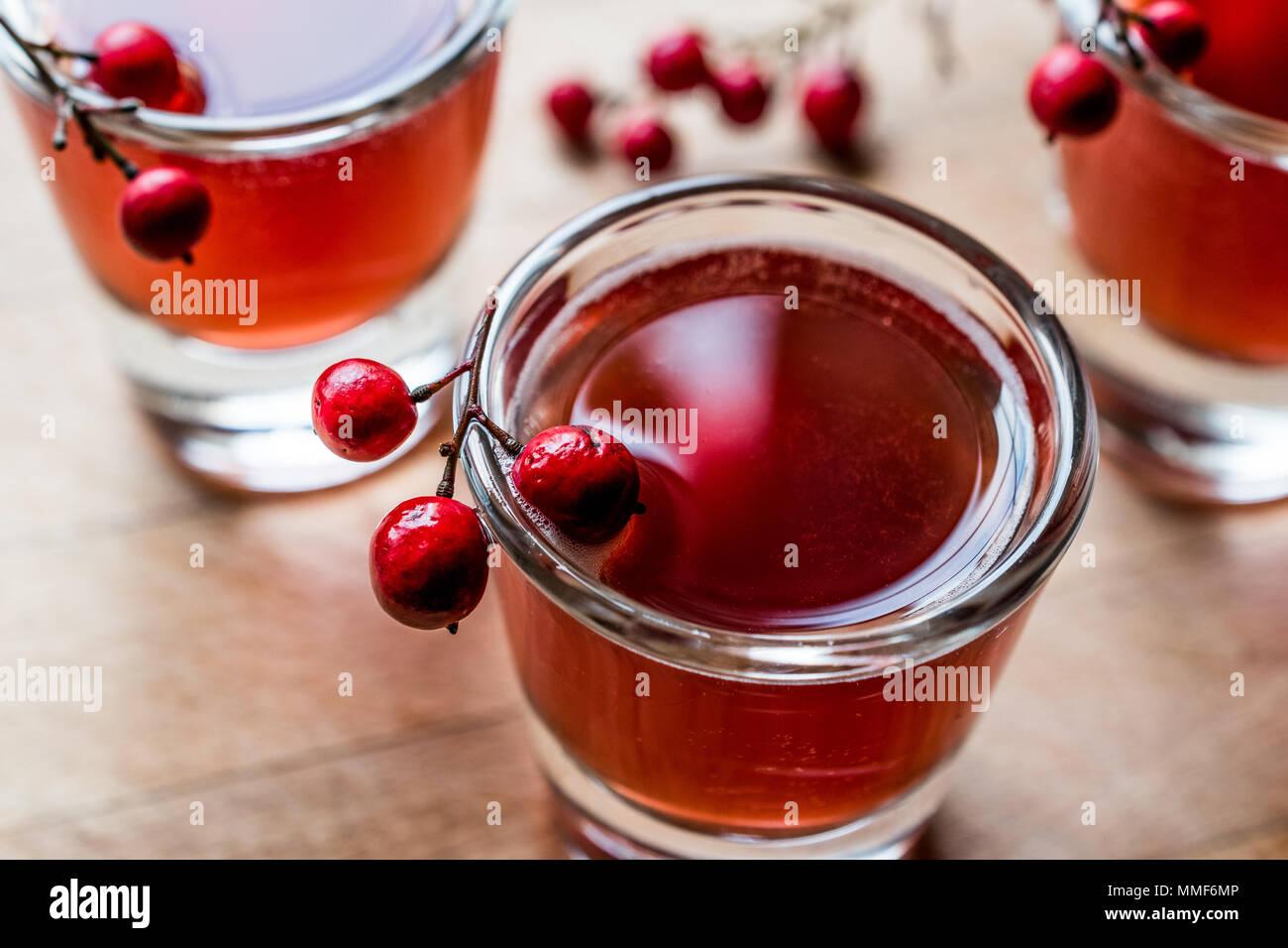 Cocktail a base di mirtillo palustre shot con vodka. Concetto di bevanda. Immagini Stock