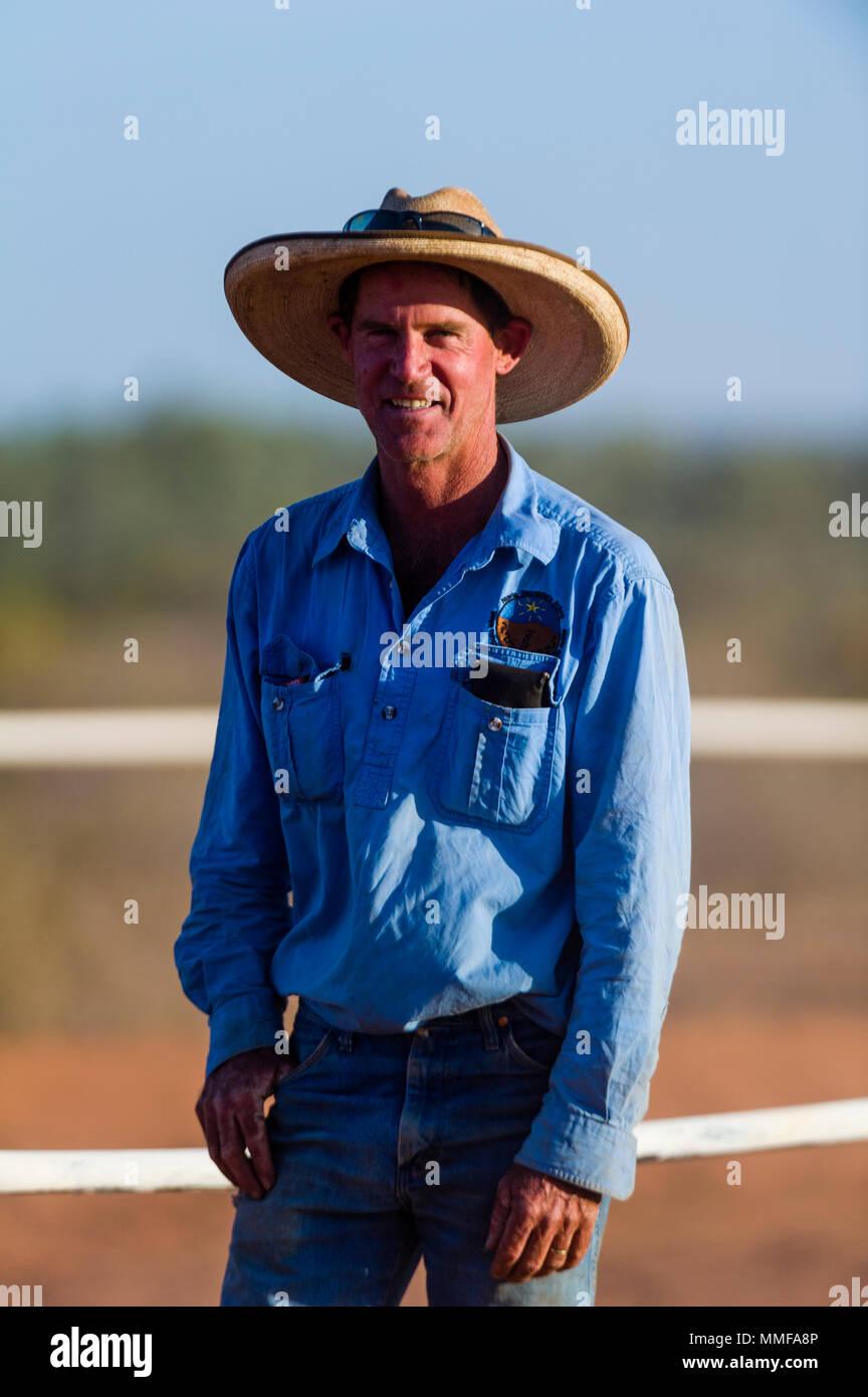 Un outback maniscalco nella sua Episteme hat a un deserto Horse Racing Carnival. Immagini Stock