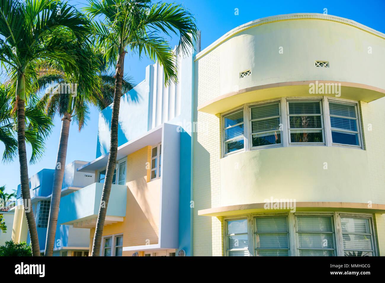 Pastello tipici-colorfed 1930 architettura Art Deco con palme a Miami in Florida Immagini Stock