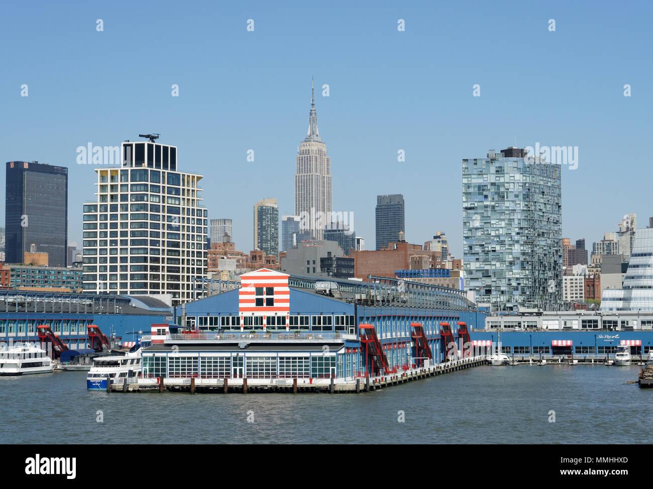 Chelsea Piers, un impianto sportivo sul lato ovest di Manhattan, fornisce anche l'approdo per le imbarcazioni da diporto private e le gite in barca. Immagini Stock