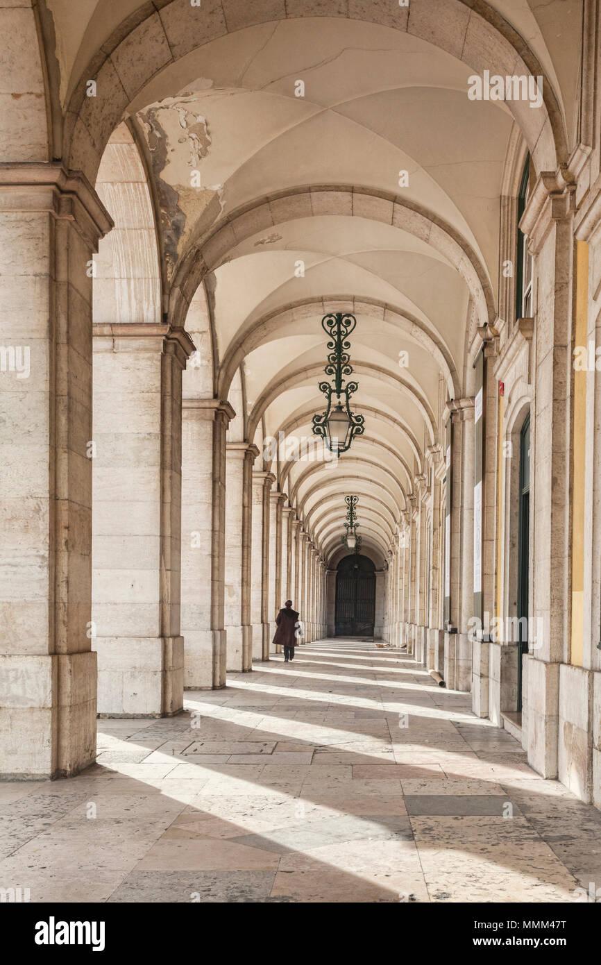 7 Marzo 2018: Lisbona, Portogallo - colonnato in Praca de Comercio, Lisbona, Portogallo, una persona a piedi. Immagini Stock