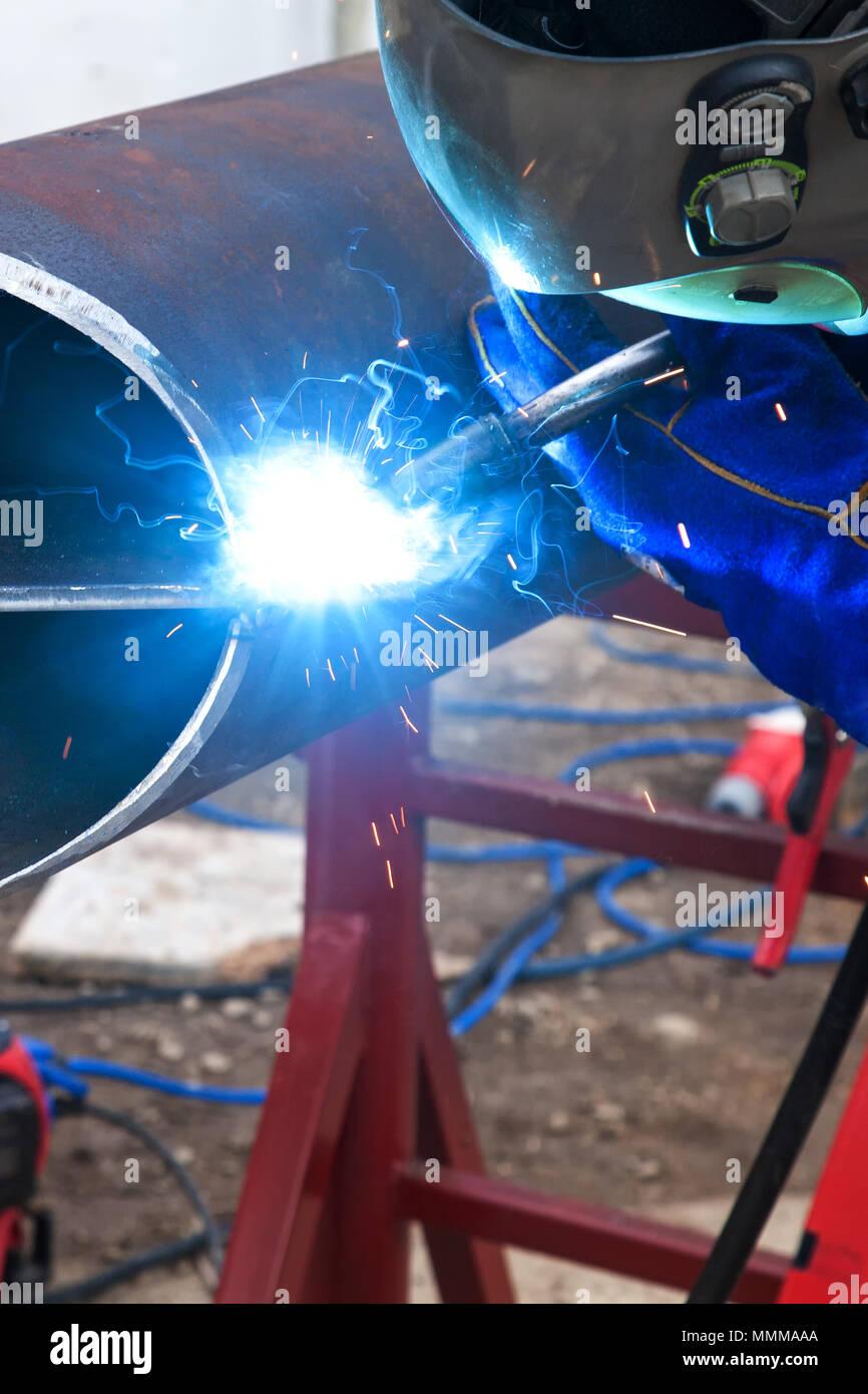 I lavori di saldatura, saldatore saldatura materiale metallico nell'industria pesante la produzione, clip video Immagini Stock