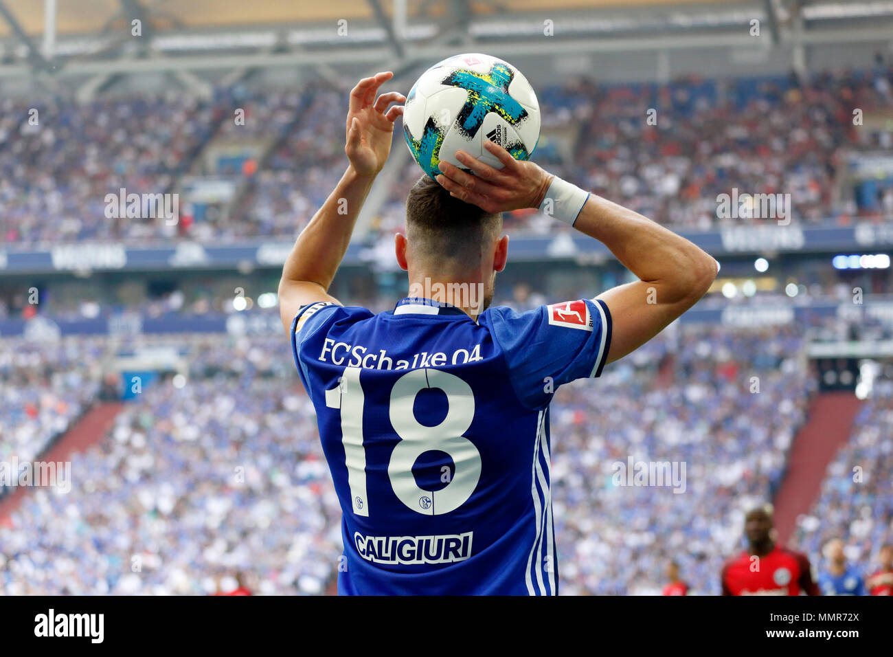 Sport, calcio, Bundesliga, 2017/2018, FC Schalke 04 vs Eintracht Frankfurt 1:0, Veltins Arena Gelsenkirchen, scena del match, Daniel Caligiuri (S04) a gettare in retrovisore Immagini Stock