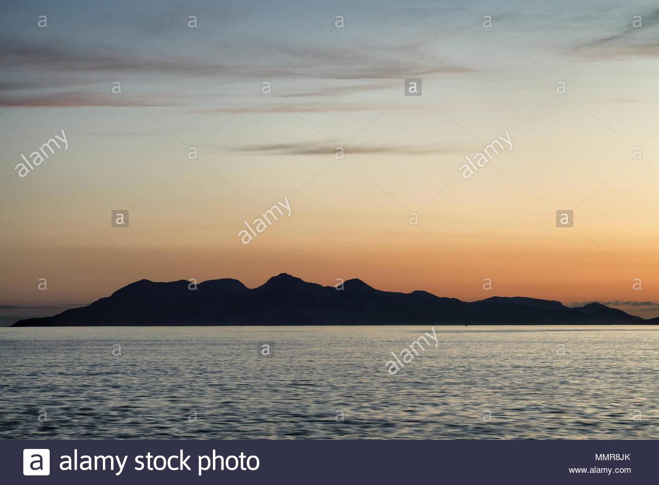 Isola di Eigg tramonto da Mallaig, Scozia. Foto Stock
