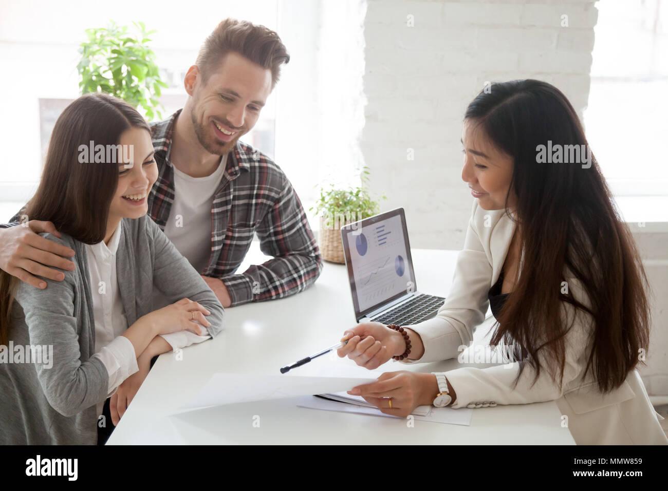 Agente immobiliare asiatica, broker assicurativo o consulente finanziario consulting Immagini Stock