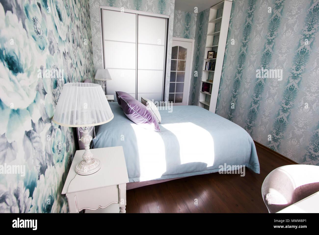 Camera da letto in stile provenzale in blu e lilla con ...