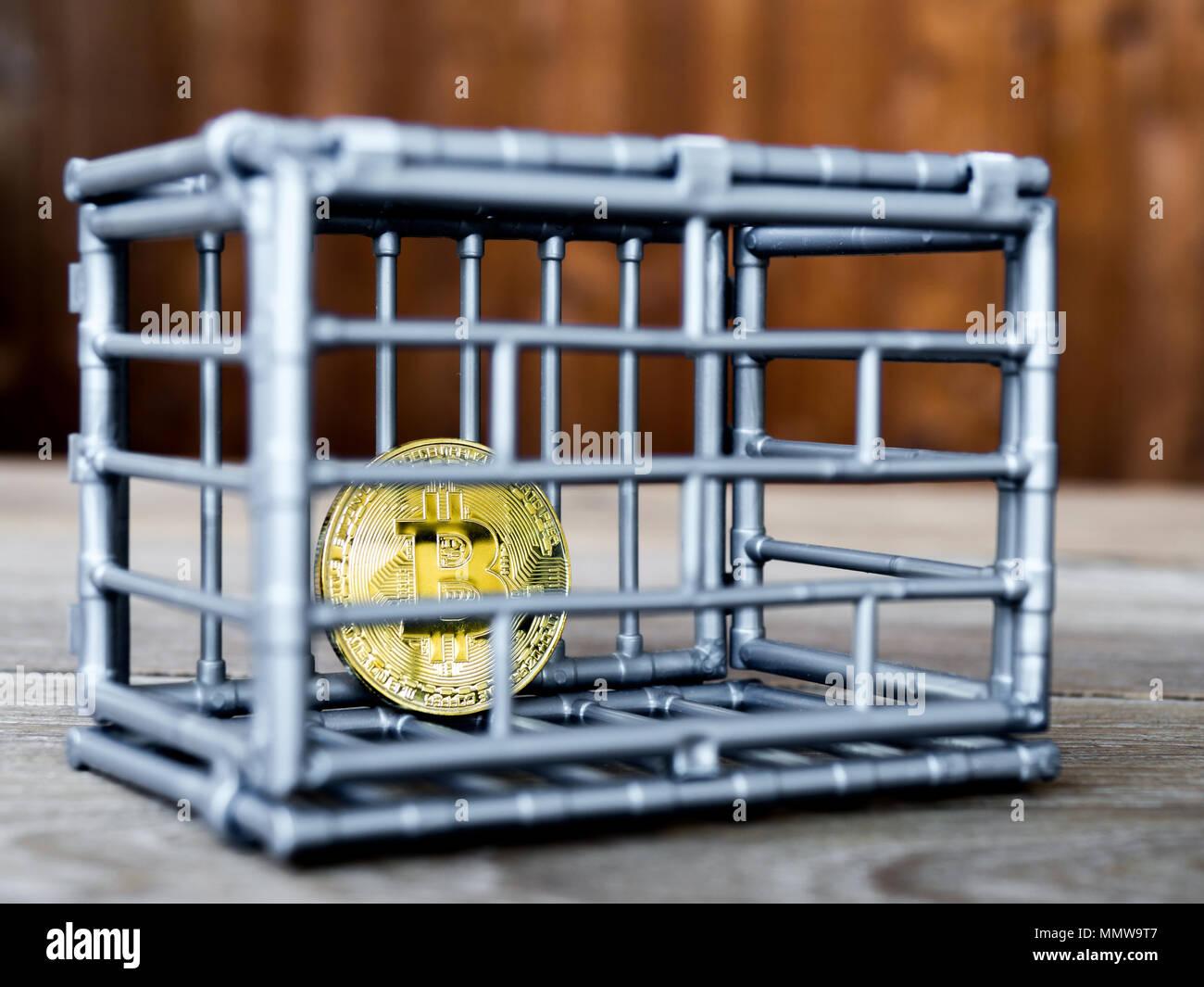 La moneta è in grigio colore nick mettere su un tavolo di legno. Il concetto di investimento e di fluttuazione di bitcoin e cryptocurrency. Immagini Stock