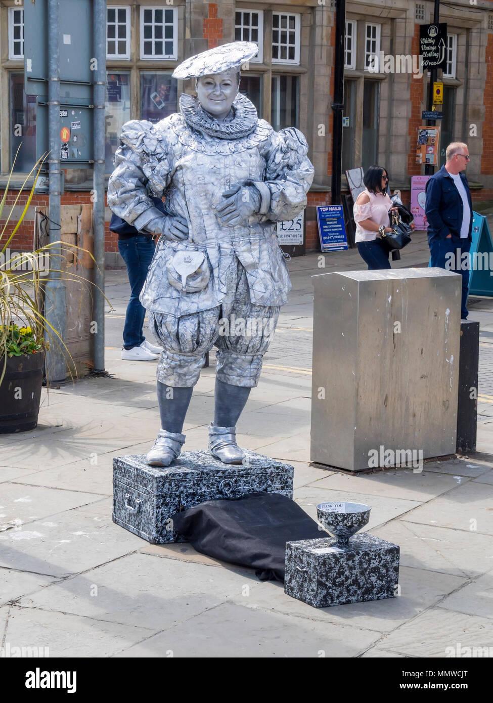 Un uomo che si presentano come una statua vivente in Tudor abito in Whitby  North Yorkshire 7ac766a01bc