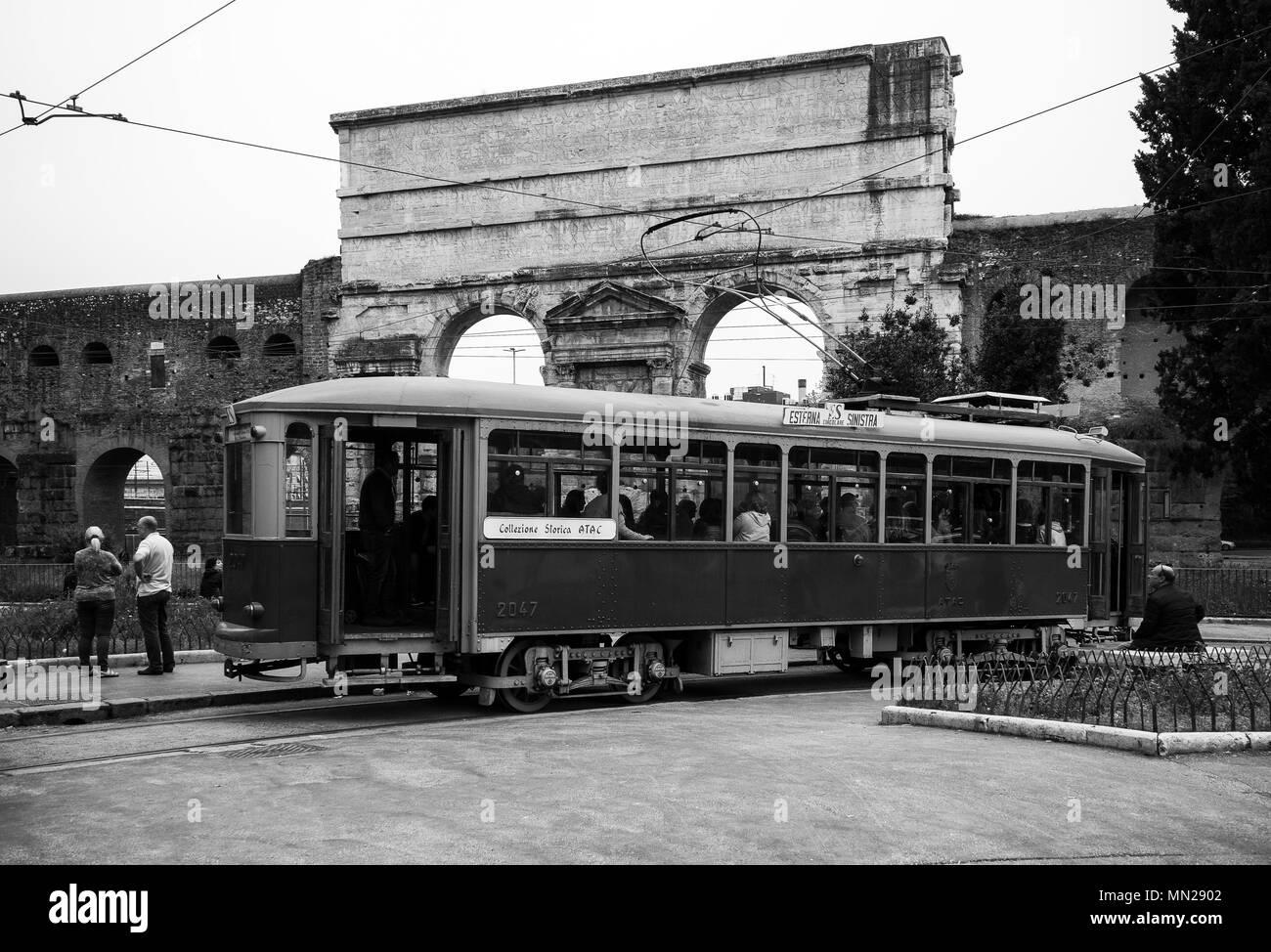 Roma,'Porta Maggiore' talia: un vecchio tram dalla storica collezione ATAC di Roma, in attesa di lasciare di nuovo. Immagini Stock