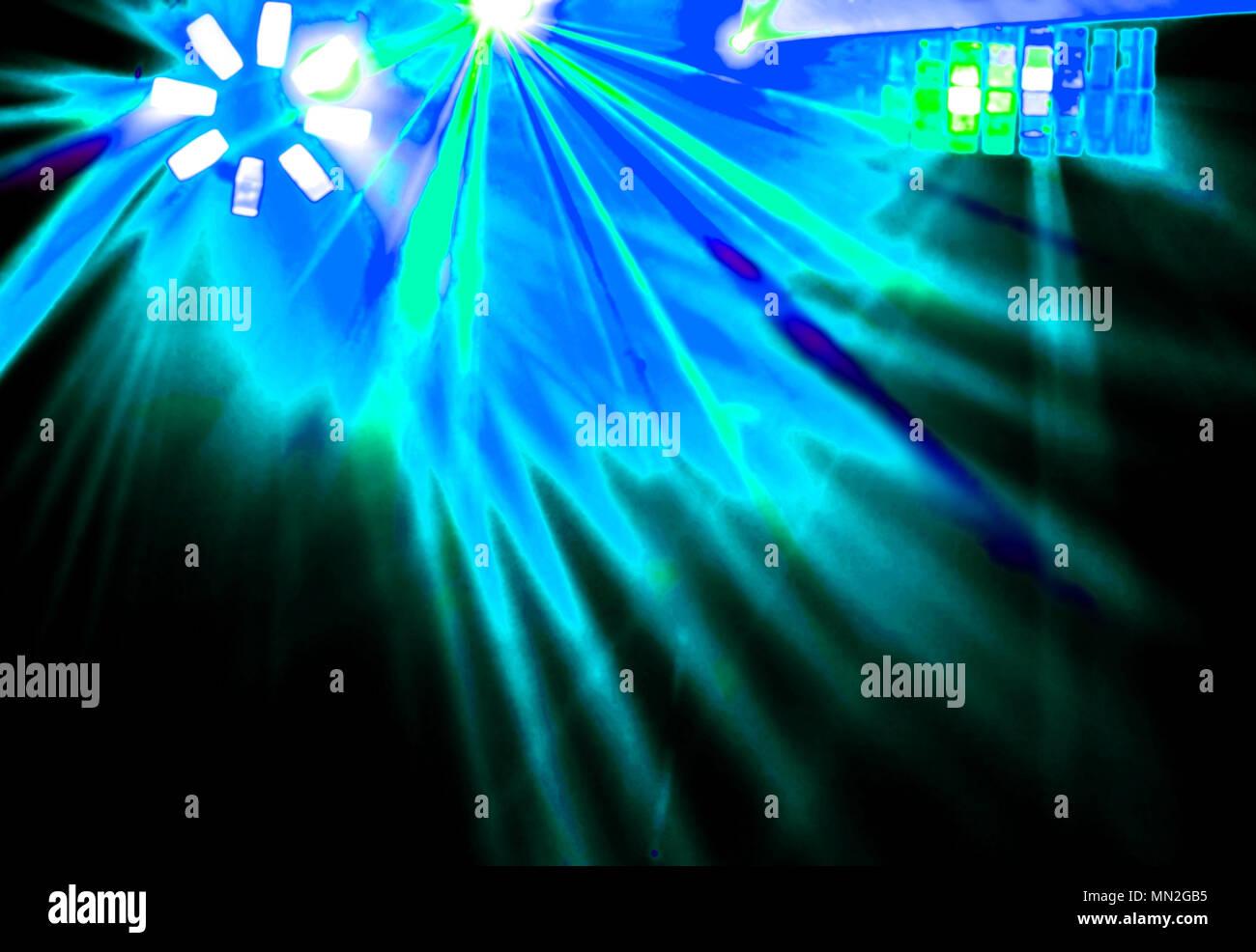 Discoteca di illuminazione con raggi luminosi del proiettore laser e