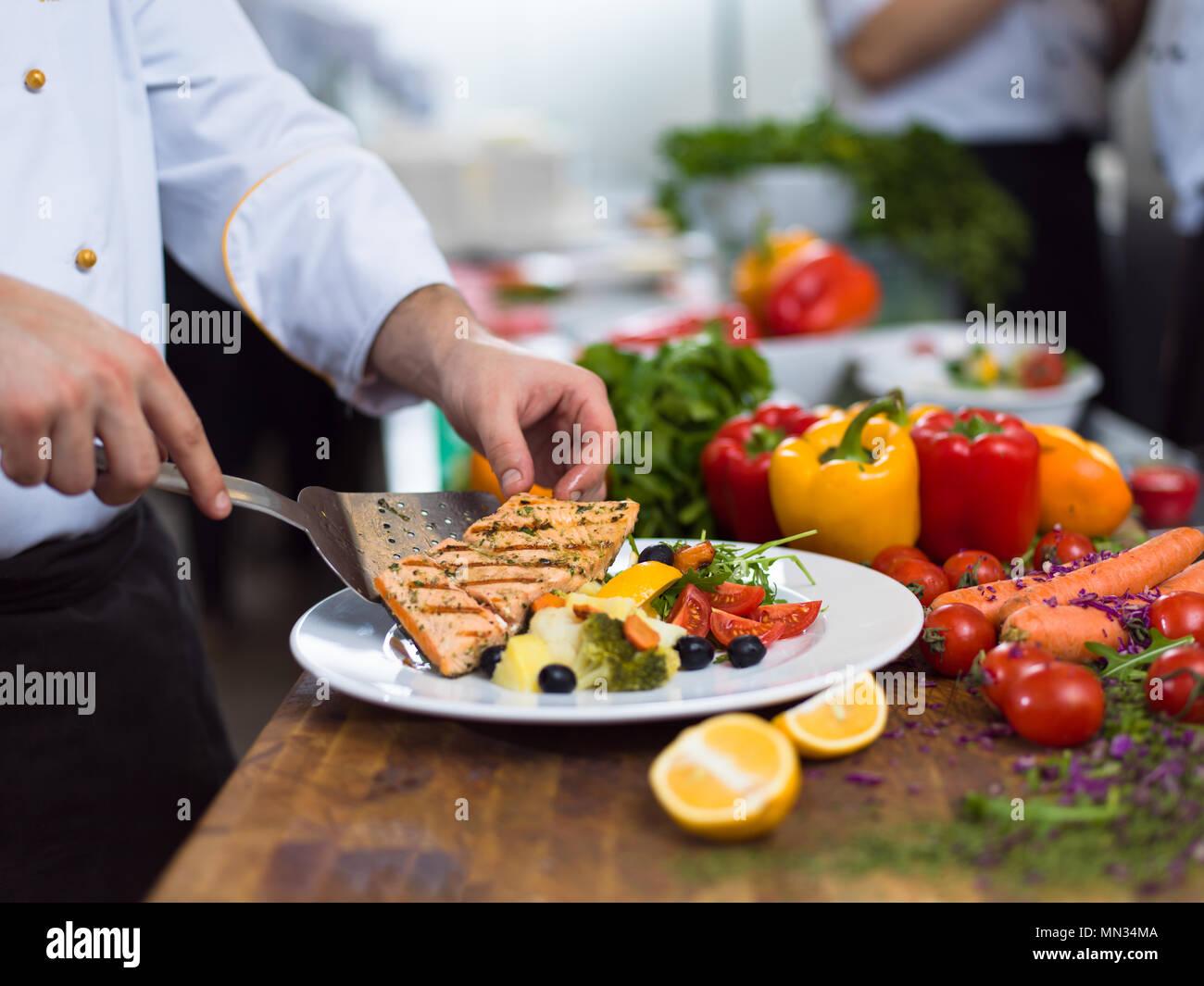 Lo chef cuoco decorazione di farcitura pasto preparato piatto sulla ...