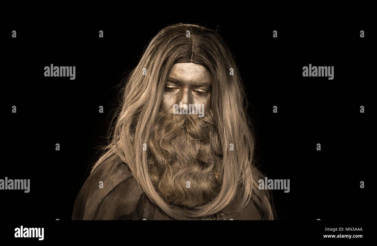 Capelli lunghi uomo fatto di grigio compongono; mitologico uomo barbuto Immagini Stock