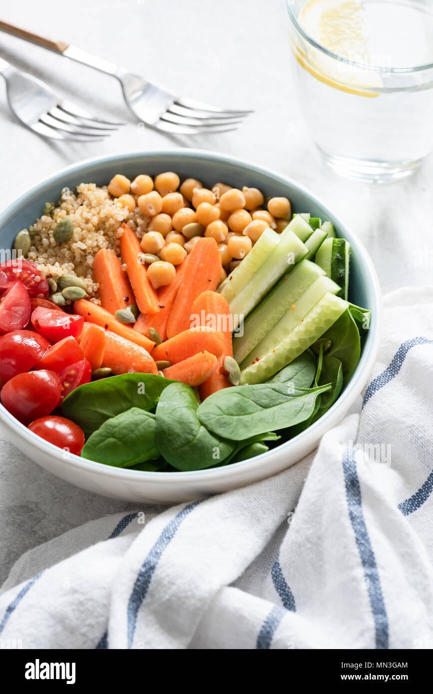 Buddha sani ciotola, insalatiera o alimentando la ciotola con verdure, ceci e la quinoa. Messa a fuoco selettiva. Concetto di mangiare sano, uno stile di vita sano Immagini Stock