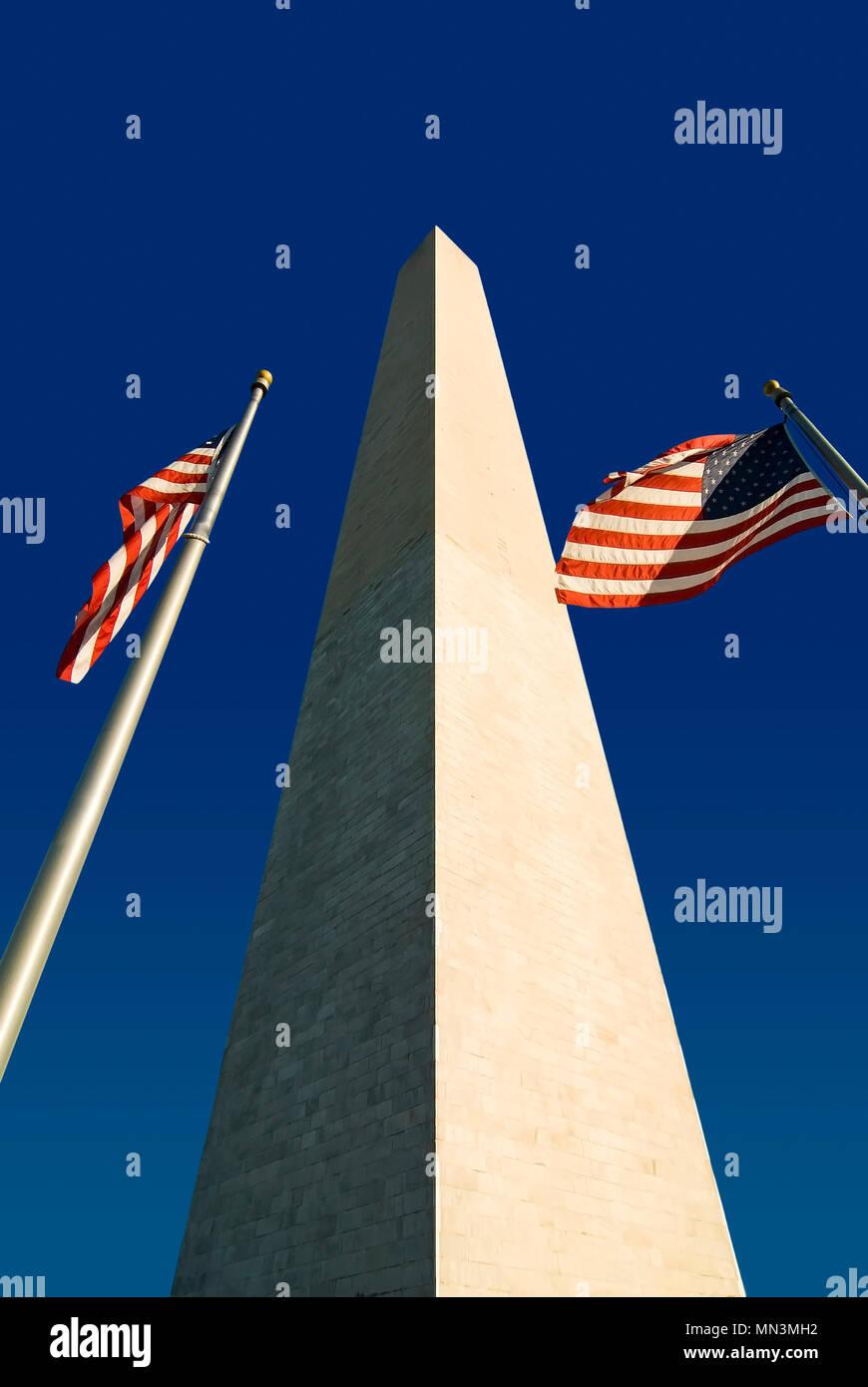 Il Monumento di Washington con due bandierine americane. Situato a Washington DC lungo il National Mall. Foto Stock