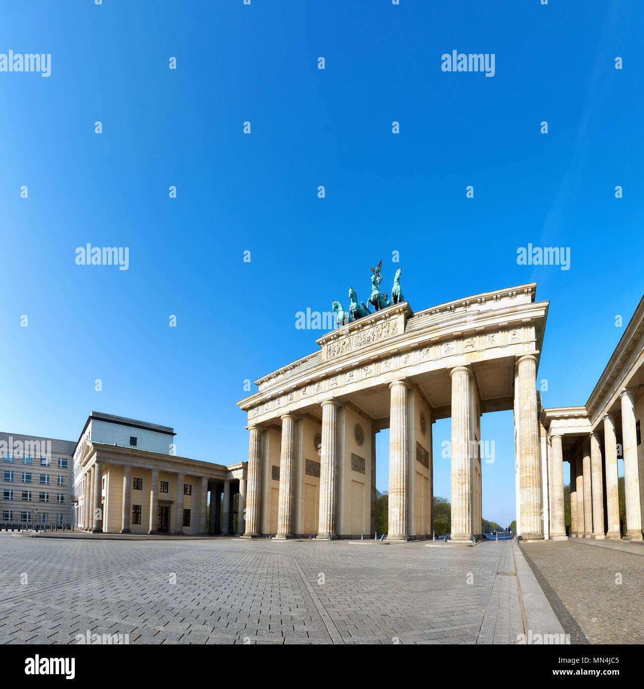 La Porta di Brandeburgo (Brandenburger Tor) di Berlino, Germania, su un luminoso giorno con cielo blu dietro, spazio di testo Immagini Stock