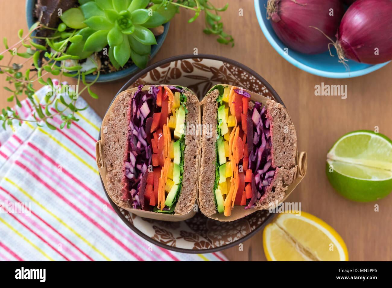 Insalata arcobaleno panini fatti in casa con pane di farina di grano saraceno, visualizzato su una tavola di legno. Questo fresco e salutare il pranzo è a basso contenuto calorico, lattiero-caseari free & senza glutine. Immagini Stock