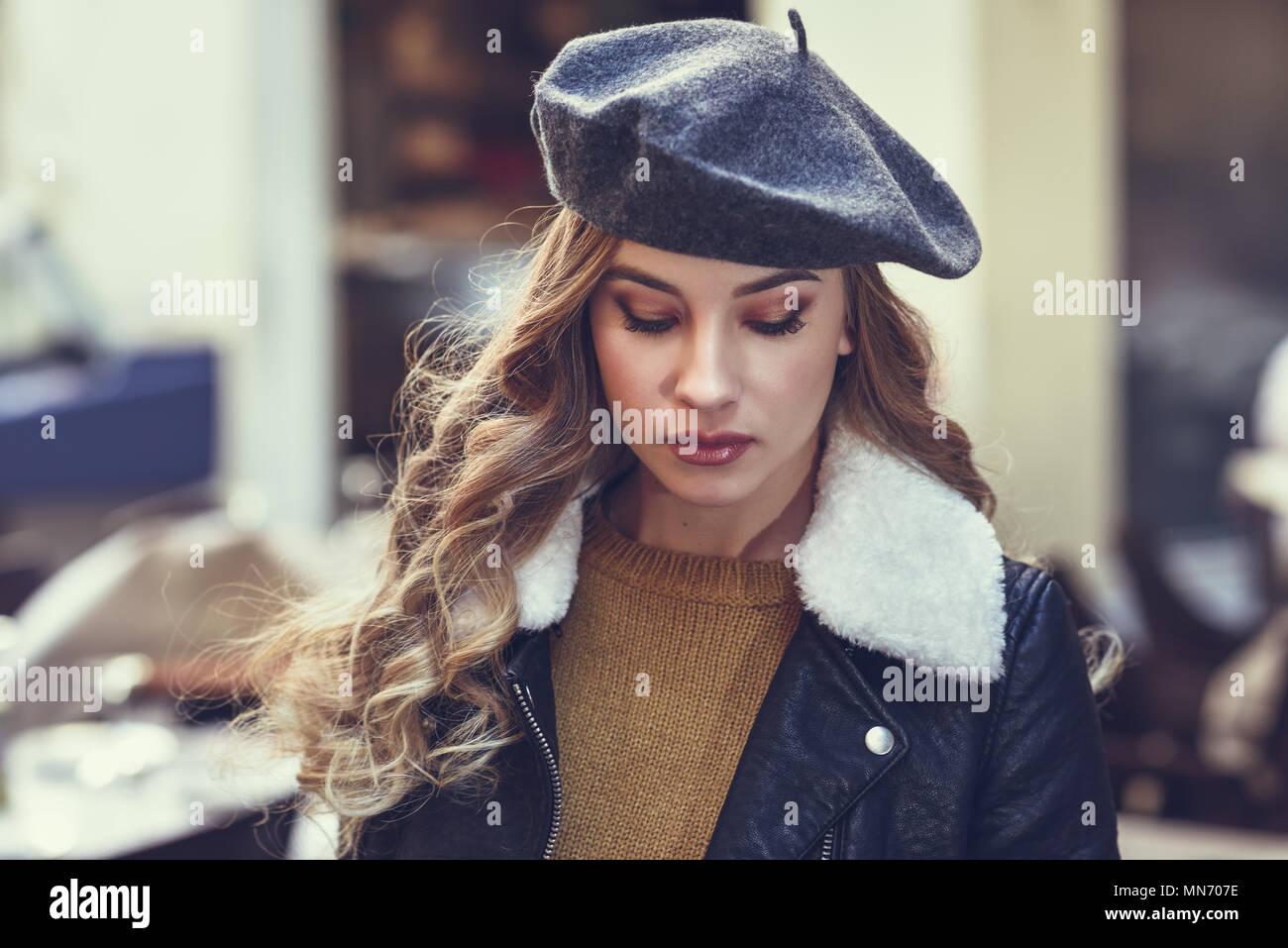 Bionda donna russa in background urbano. Bellissima fanciulla indossando  beret dc378a40fd2