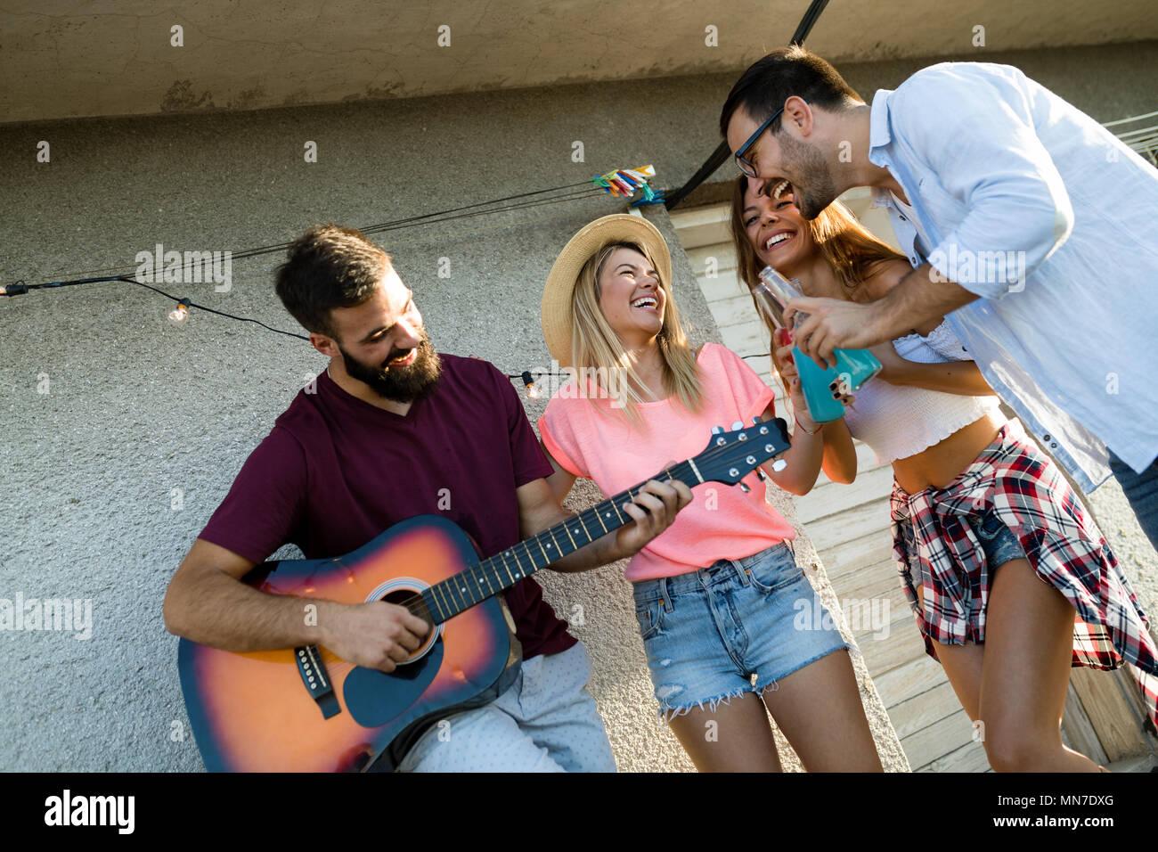 Happy amici ridendo e sorridendo all'aperto Immagini Stock