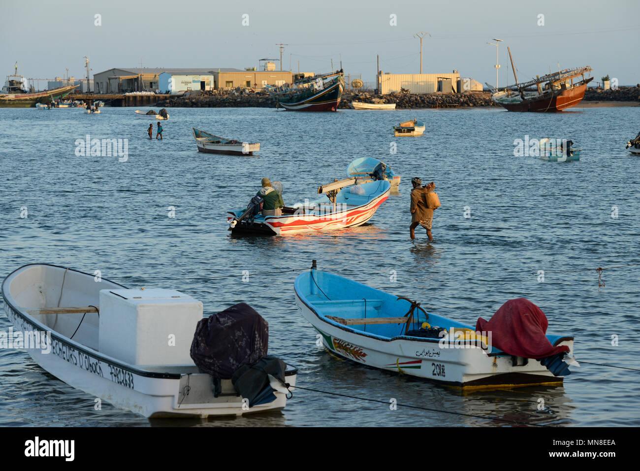 Gibuti , Obock, da qui i migranti etiope tentano di attraversare i Bab el Mandeb in barca nello Yemen per andare su in Arabia Saudita o in Europa / DSCHIBUTI, Obock, Meerenge Bab el Mandeb, Mit Hilfe von Schleppern aethiopische Migranten versuchen hier nach Jemen ueberzusetzen, um weiter nach Saudi Arabien oder Europa zu gelangen Immagini Stock