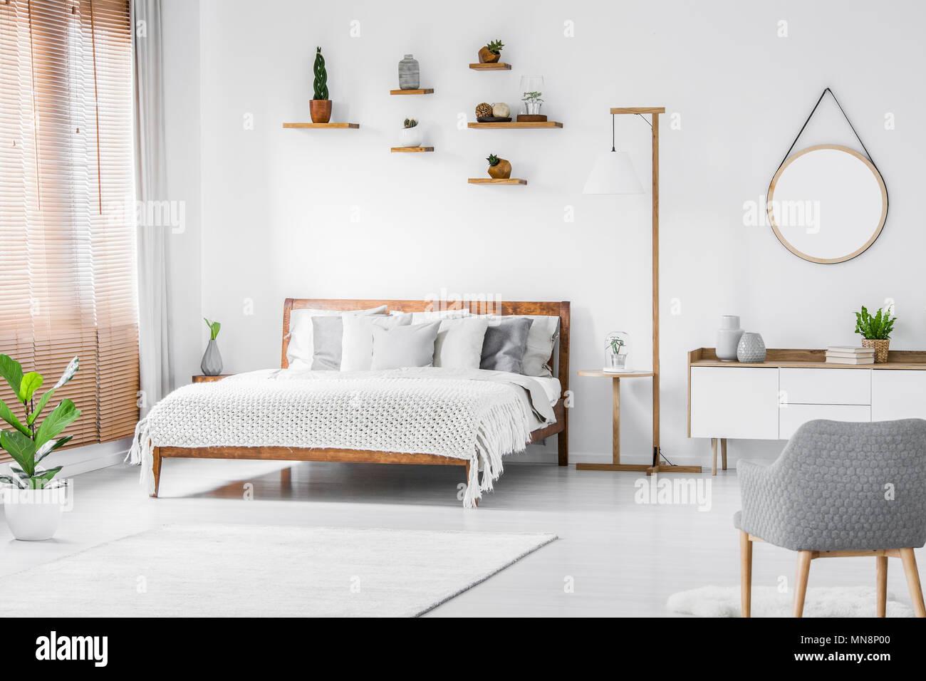 Camera Da Letto Bianco E Grigio : Specchio rotondo sopra credenza in bianco e grigio interiore camera