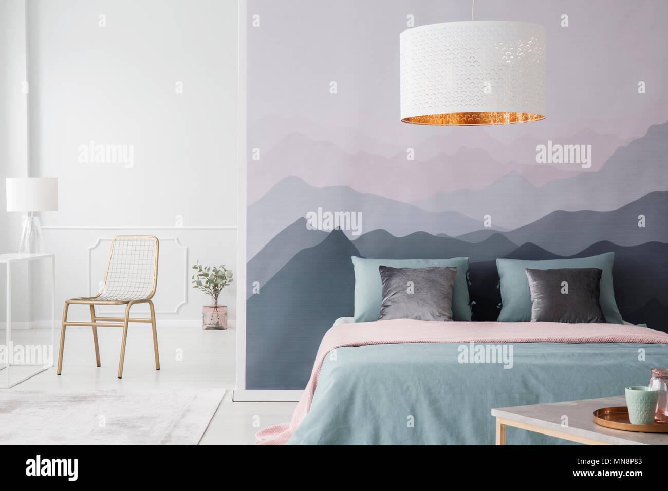 Lampada bianca al di sopra di colore rosa e verde letto