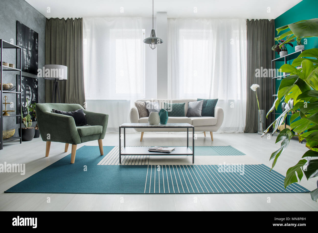 Tappeto Salotto Verde : La tabella su un tappeto accanto a una poltrona verde e beige divano