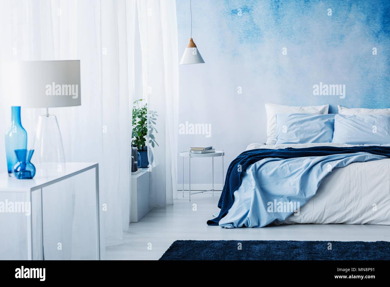 Rilassante interiore camera da letto di bianco e blu con ...