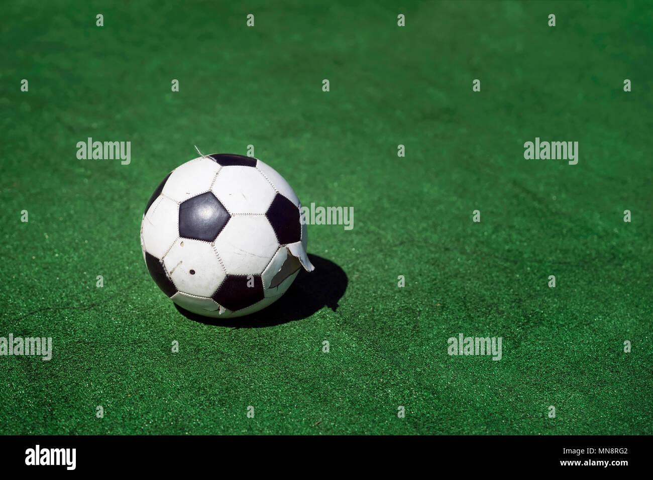 Vecchio E Sporco E Vestito Di Stracci Pallone Da Calcio Su Sfondo