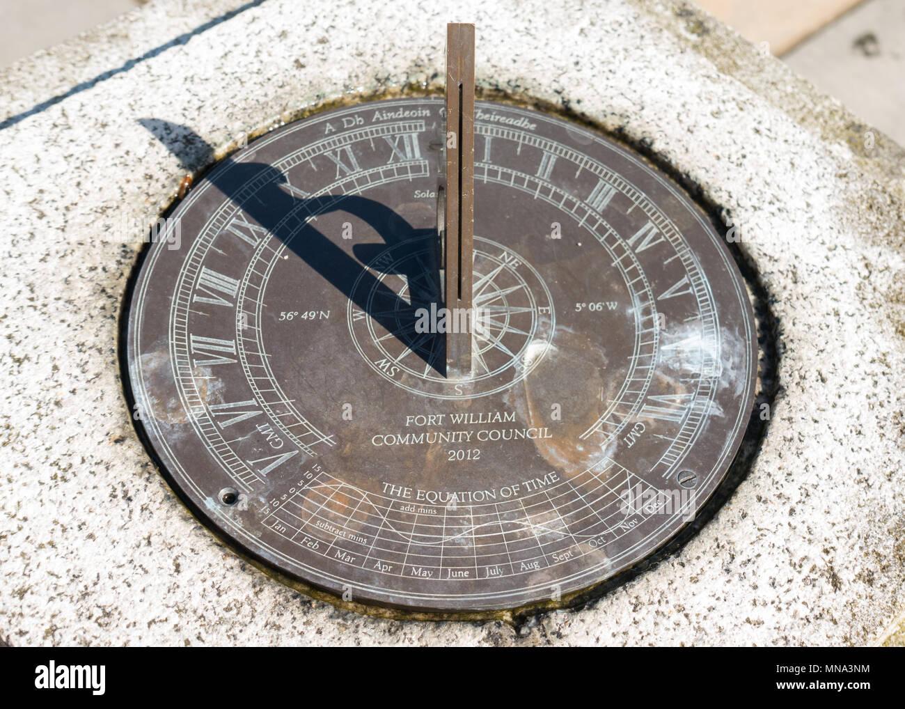 nuovo prodotto bb3c8 6be30 Orologio solare con gnomone scanalato e equazione del tempo ...