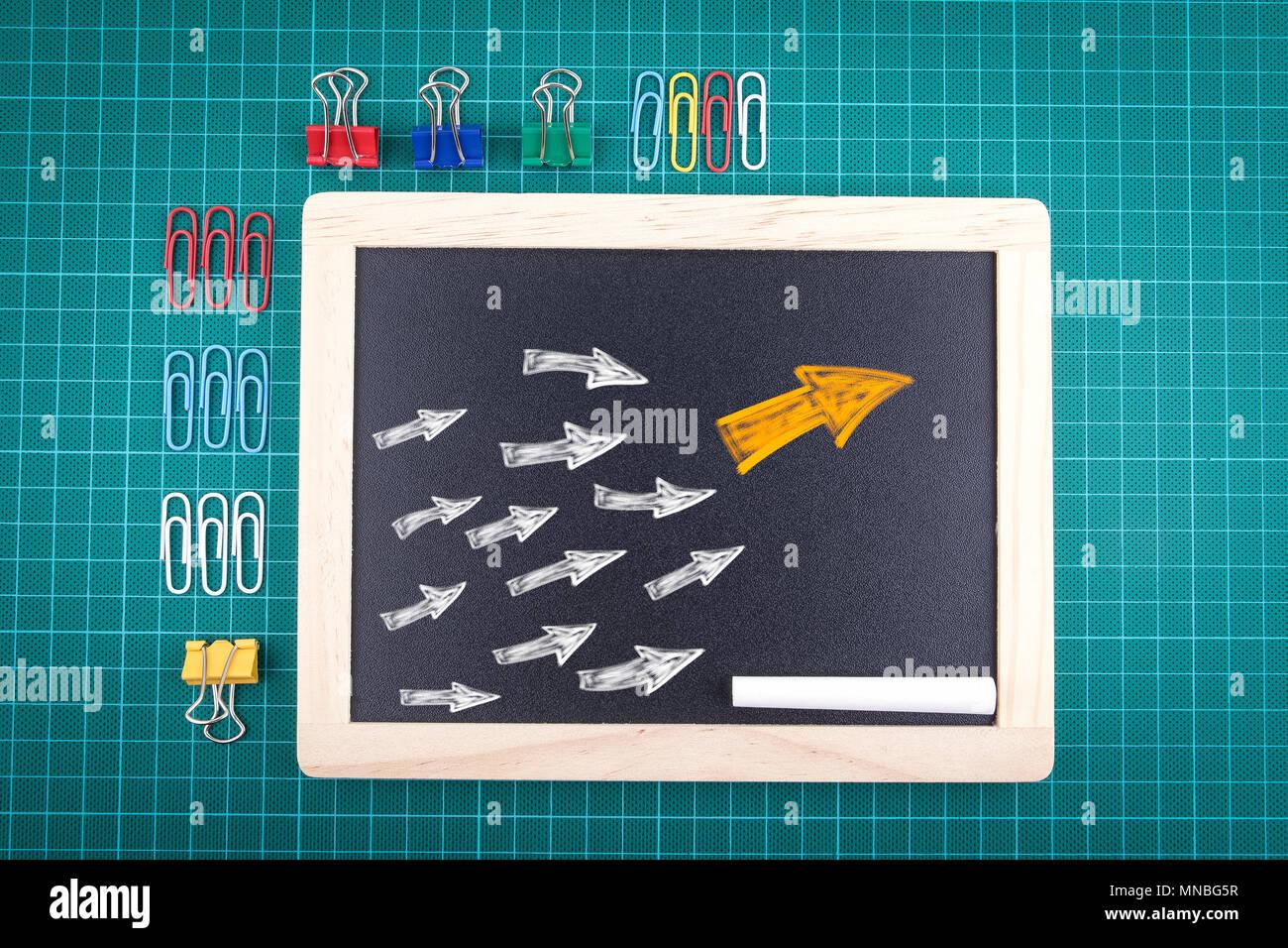Freccia con molti seguite le frecce per trend leader o il concetto di leadership Immagini Stock