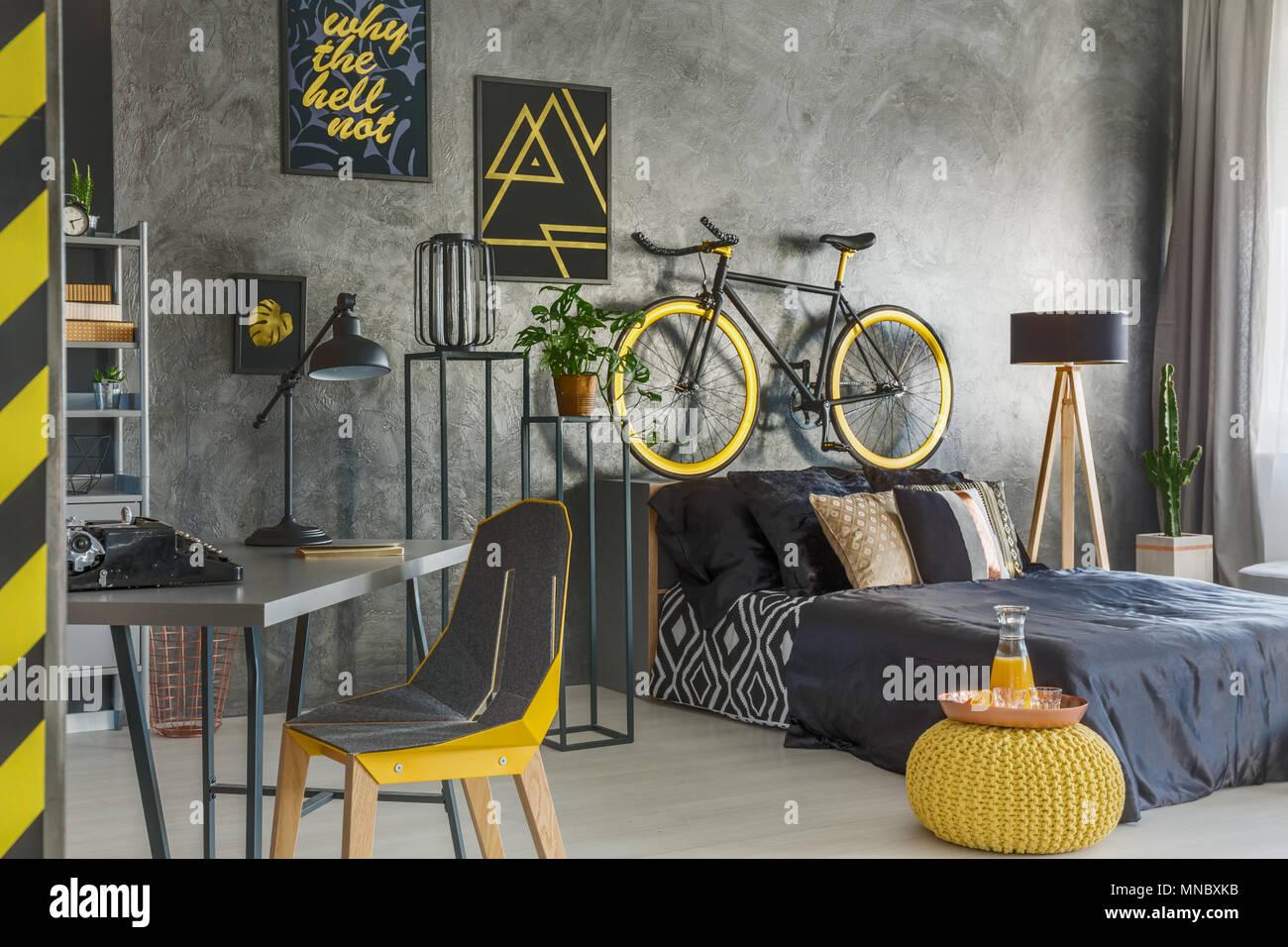 Piatta grigia con camera da letto e ufficio combinati Immagini Stock