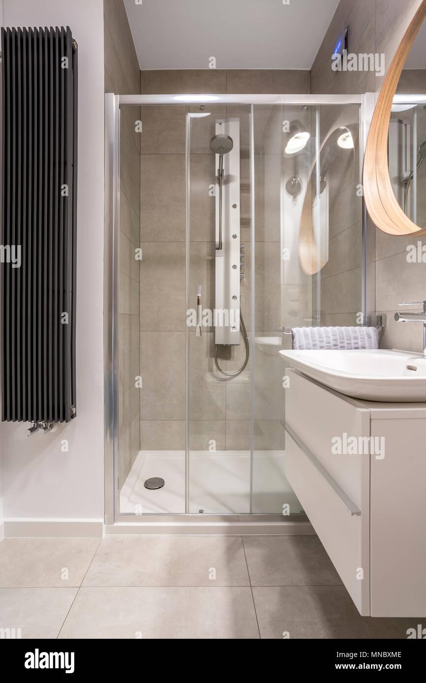 Luce di bagno con box doccia e piastrelle grigie Foto & Immagine ...