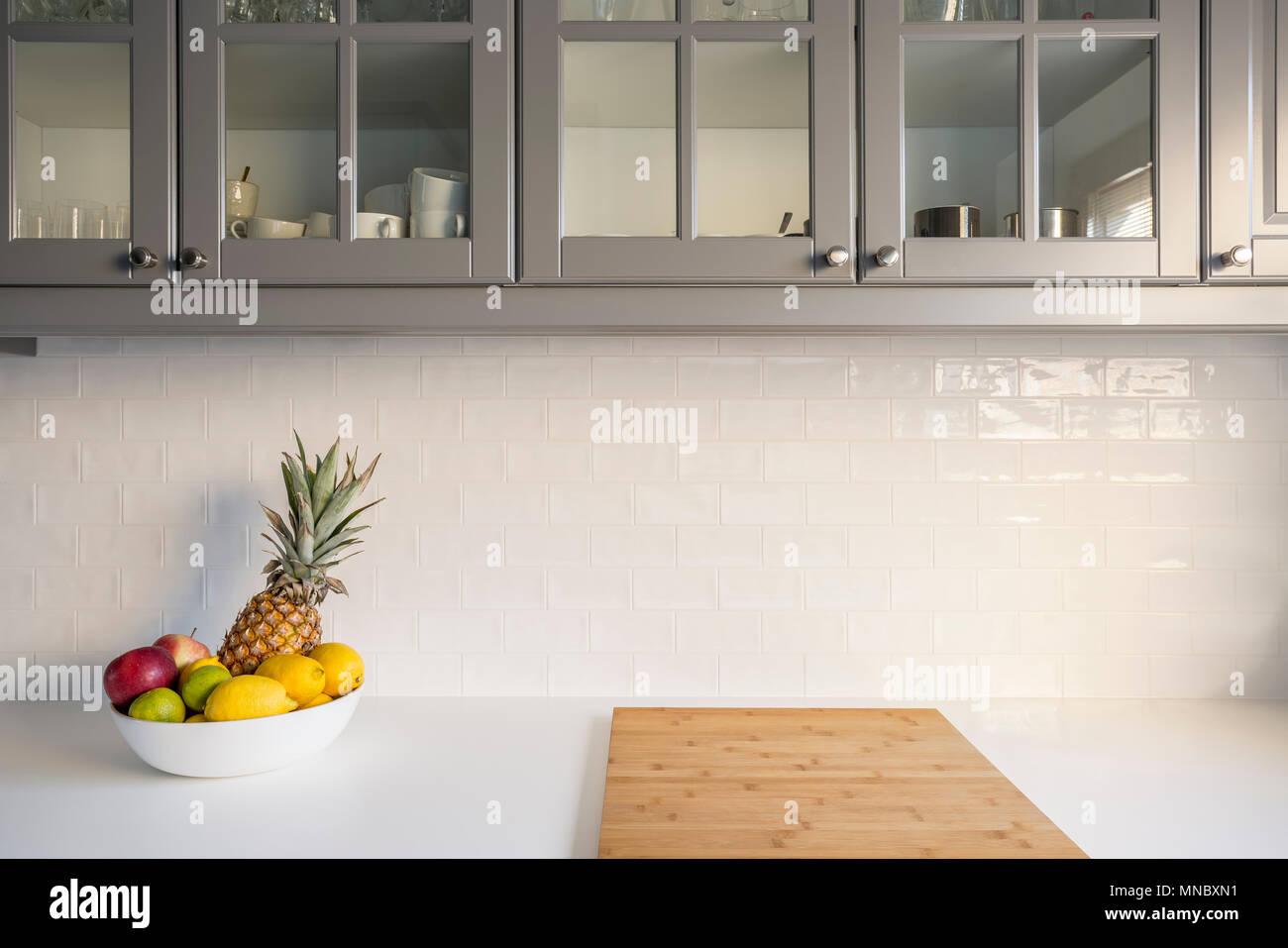 Cucina con piano bianco grigio mobili di mattoni e piastrelle
