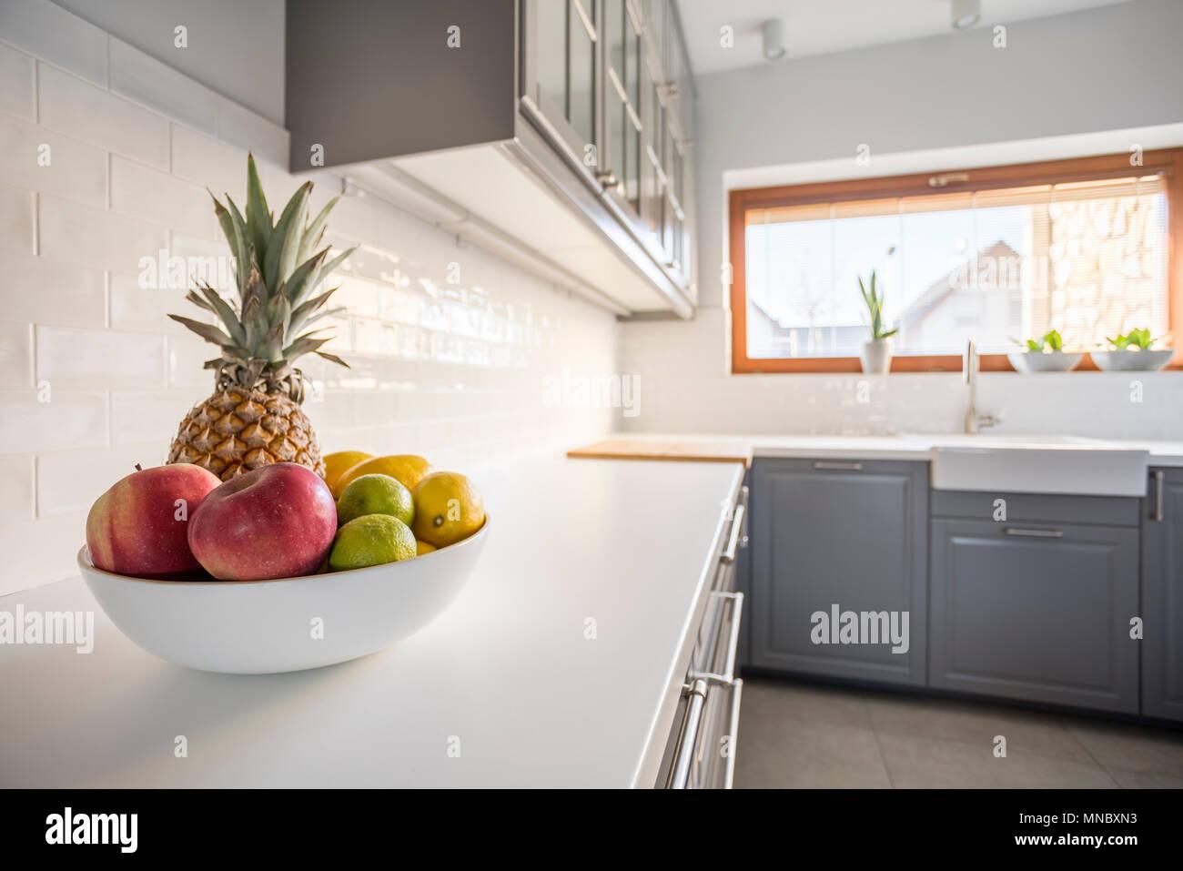 Cucina con arredamento grigio finestra mattoni e piastrelle
