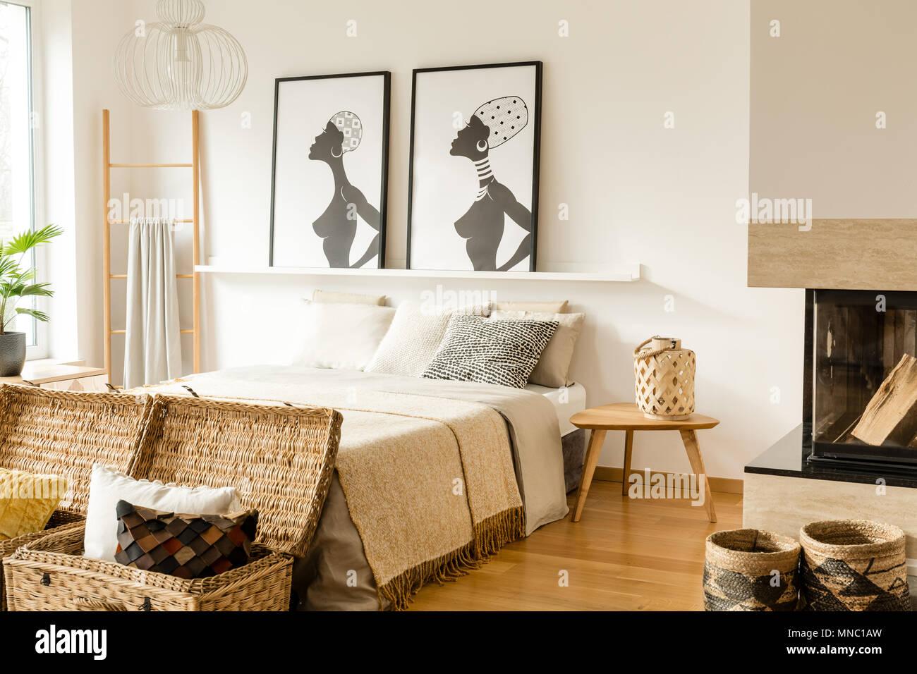 Posters Per Camera Da Letto : Tavolo in legno vicino al letto con coperta in camera da letto