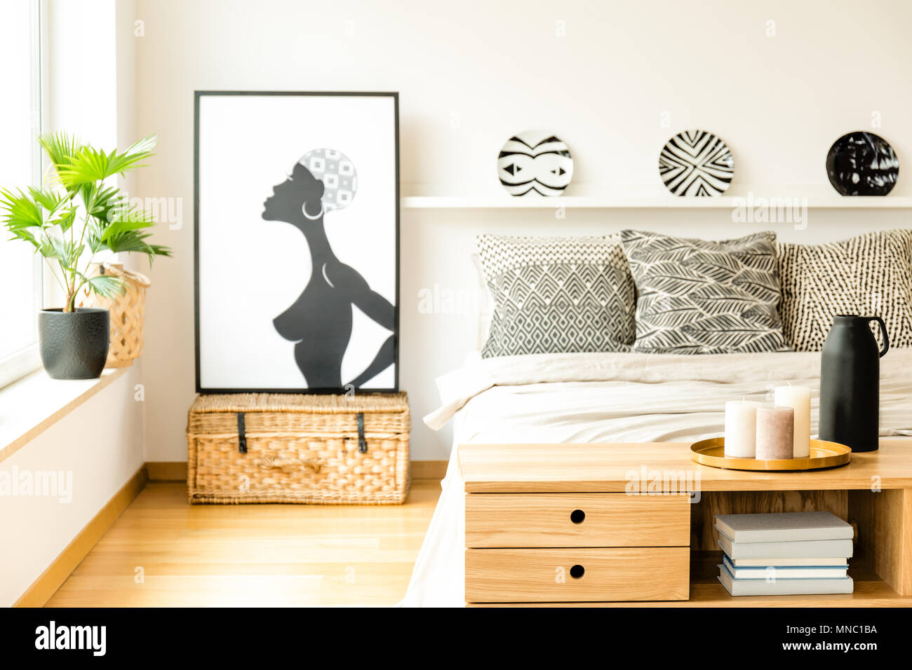 Candele Camera Da Letto : Candele sulla credenza in legno nella camera da letto accogliente