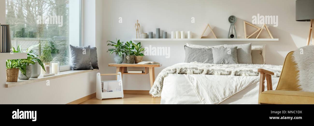 Foto reale di una spaziosa camera da letto interni con cuscini di ...
