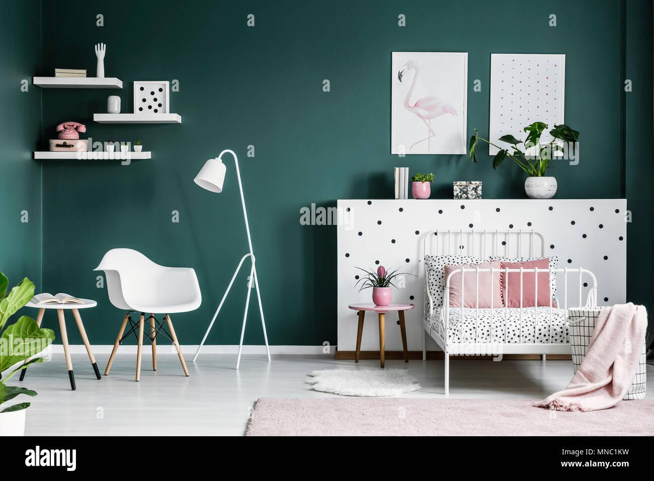 Camera Da Letto Verde E Rosa : Lampada bianca accanto ad una poltrona nella ragazza in