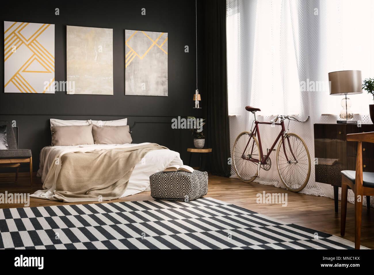 Retrò interiore camera da letto con la bici, letto, dipinti e ...