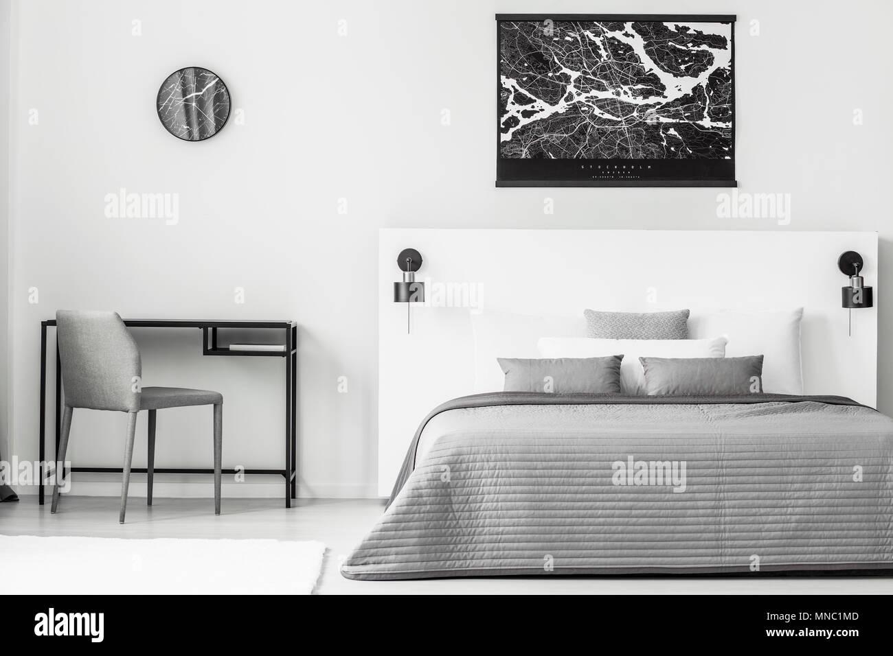 Poster nero sopra il grigio e il bianco letto matrimoniale in camera ...