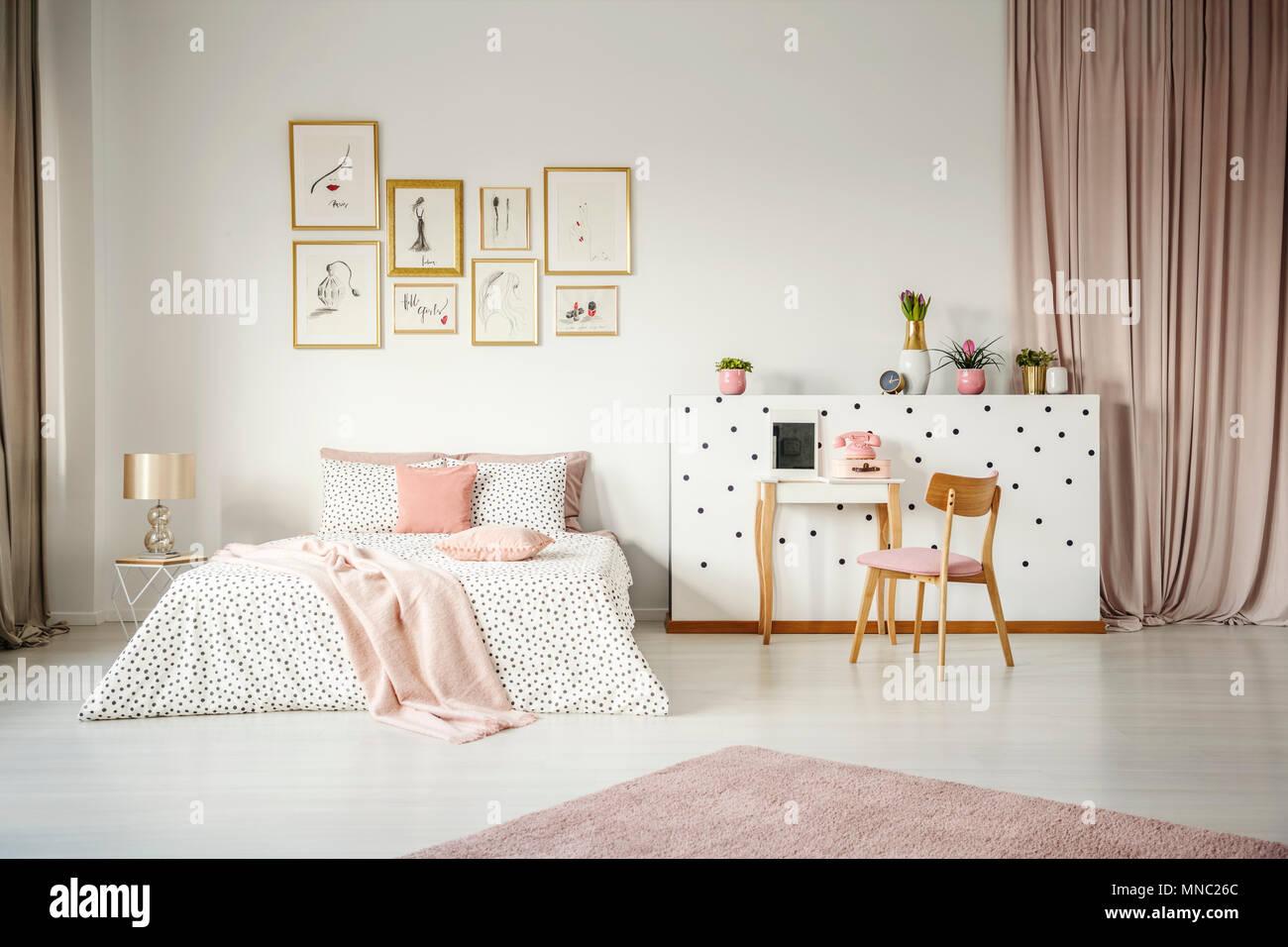 Sedia in legno a tavolino in rosa pastello interno camera da letto
