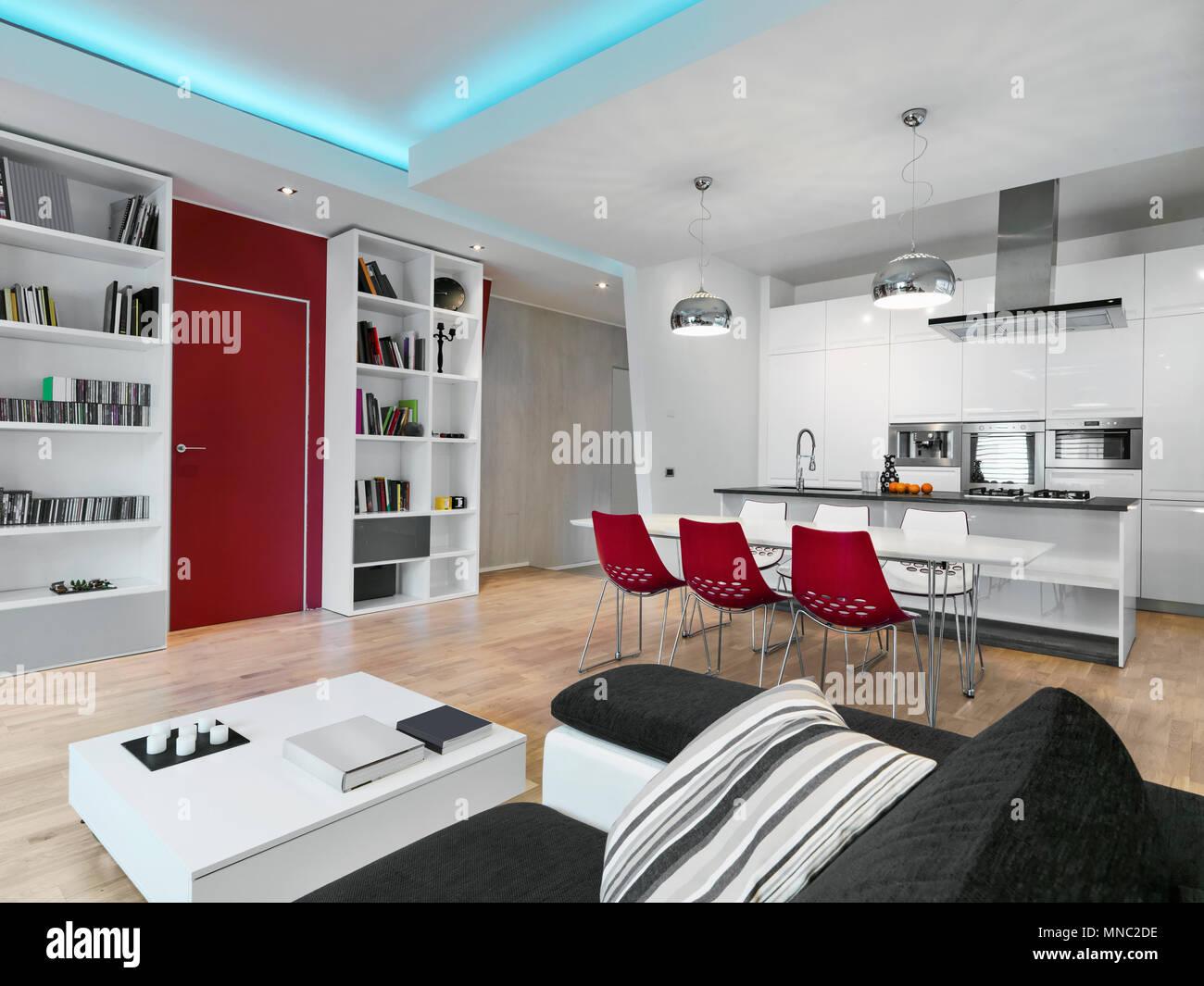 Scatti di interni di un soggiorno moderno che si affaccia sul tavolo ...