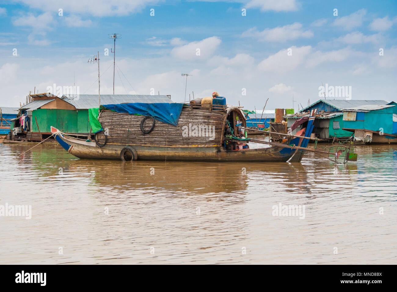 Un sampan-come barca, incluso un piccolo rifugio con un tetto inclinato di legno e paglia che potrebbe essere una stabile dimora a Chong Kneas. Immagini Stock