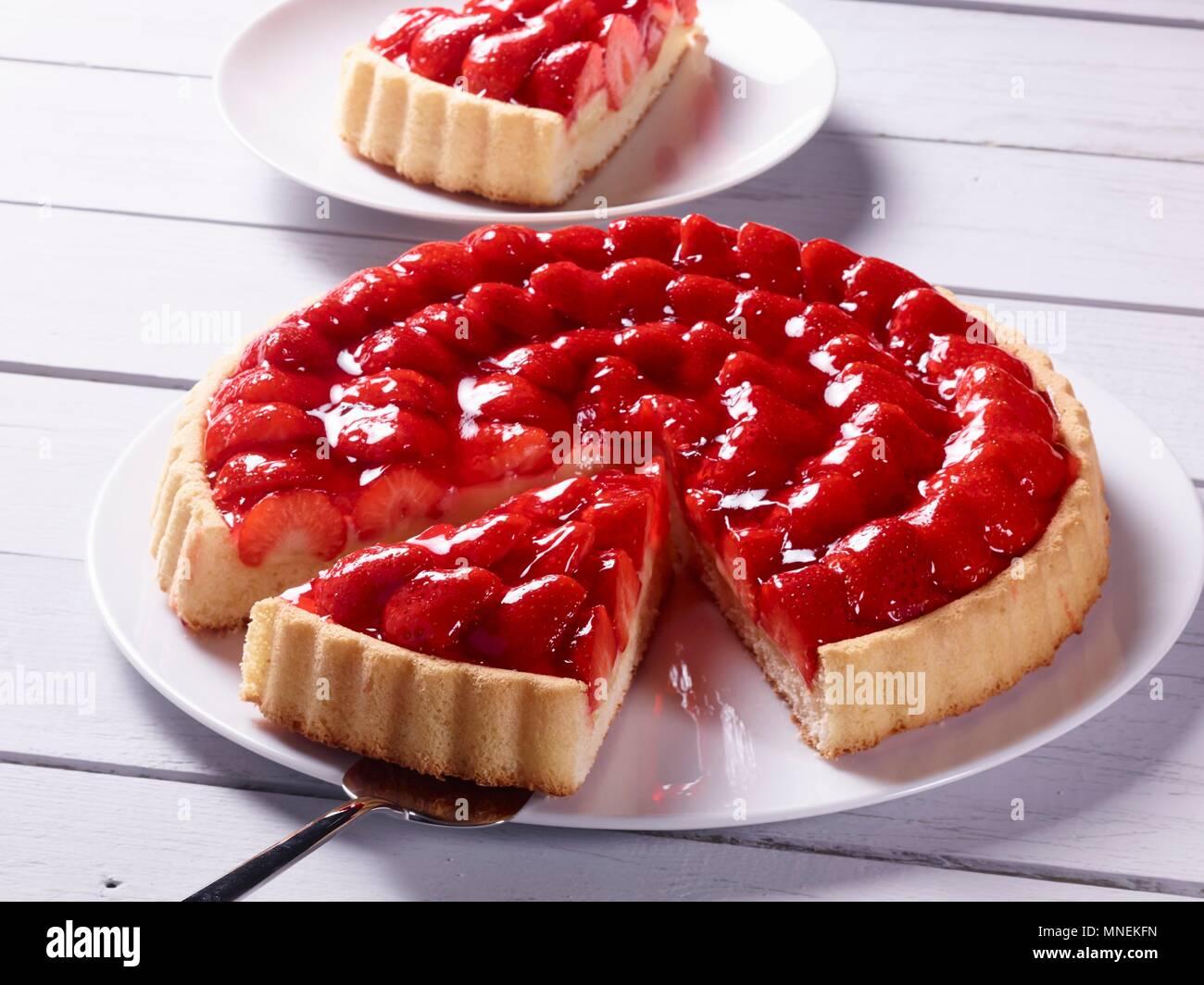 La torta di fragole, un pezzo tagliato Immagini Stock