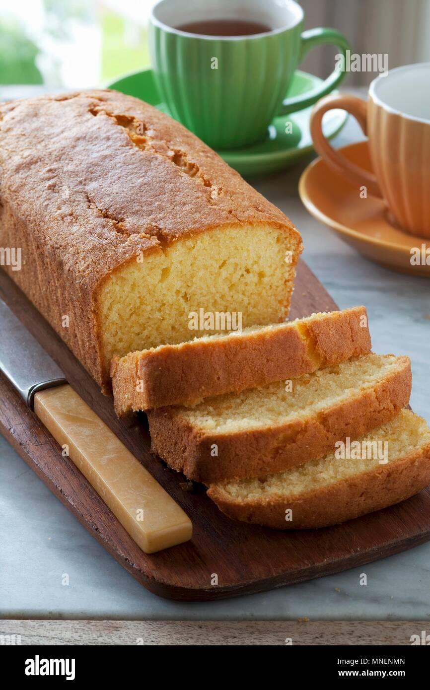 Torta Madeira, parzialmente tagliata a fette Immagini Stock
