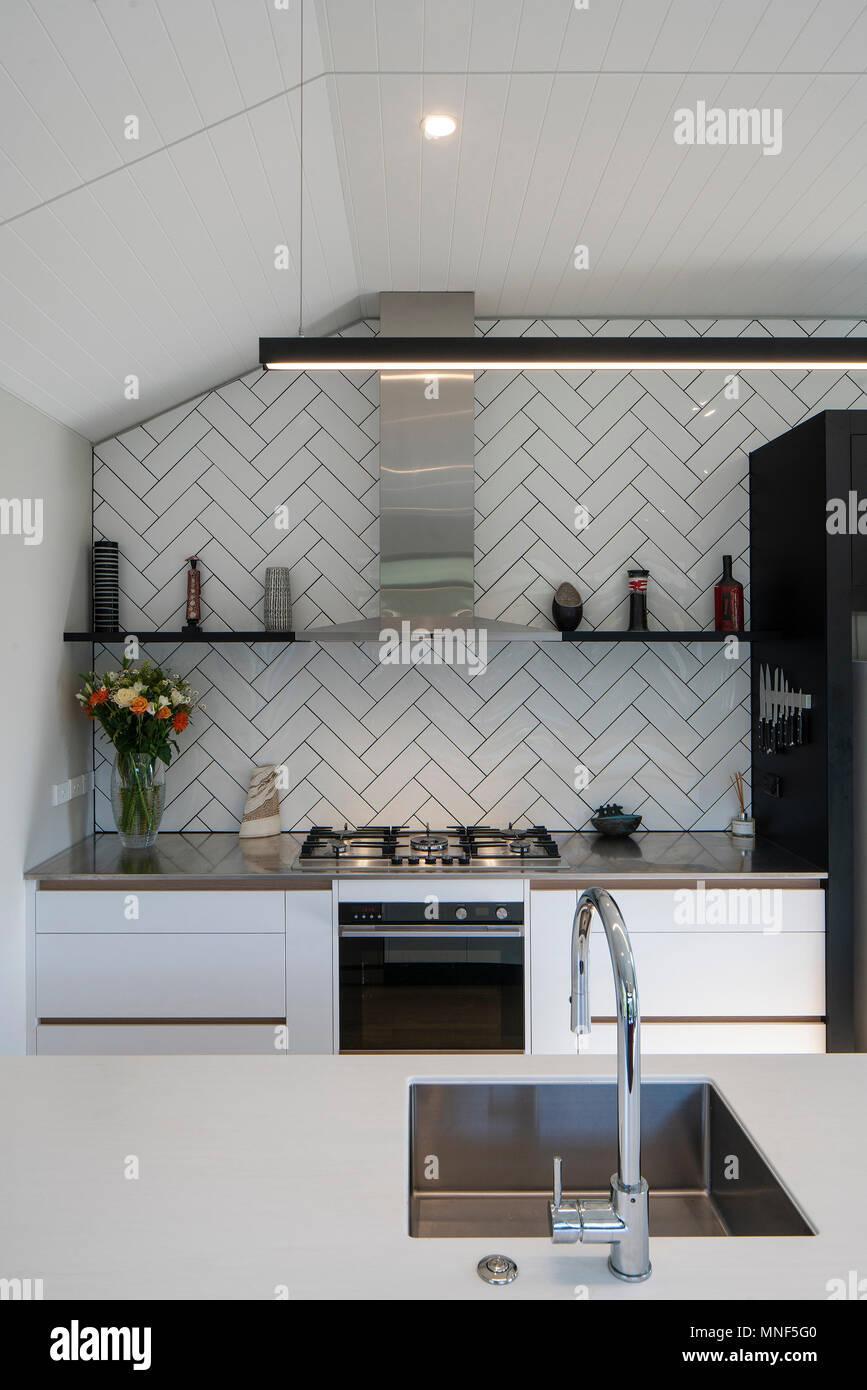 Cucina bianca interni con le aringhe Bone piastrelle e ...