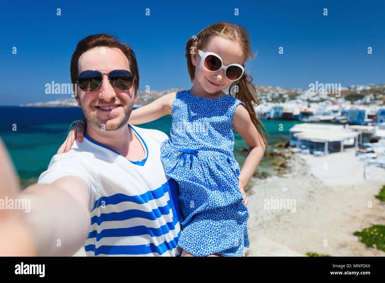 La famiglia felice padre e sua adorabile figlia piccola in vacanza prendendo selfie a Little Venice area sull'isola di Mykonos, Grecia Immagini Stock