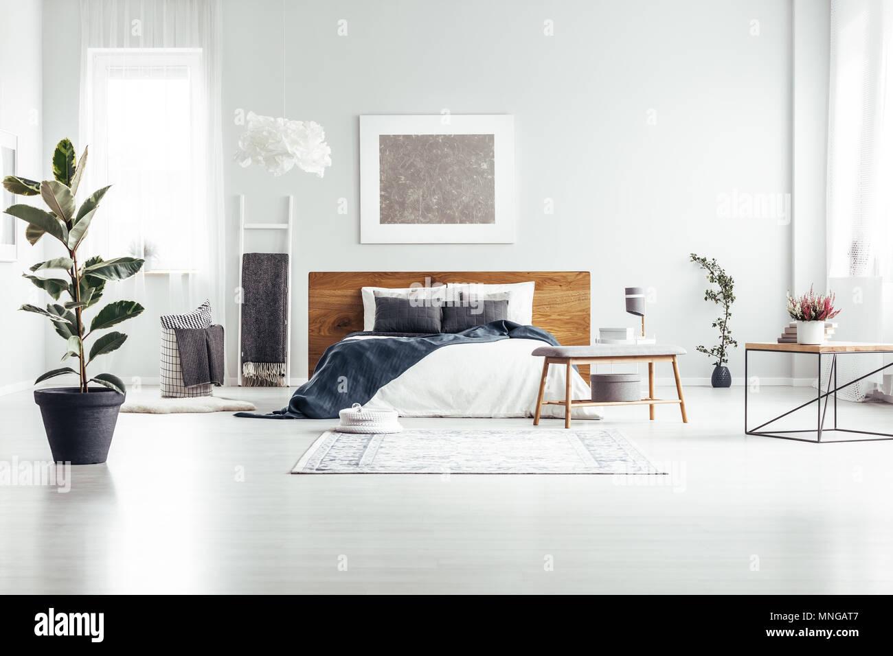 Parete Camera Da Letto Argento : Impianto in pot nero in una spaziosa camera da letto bianco